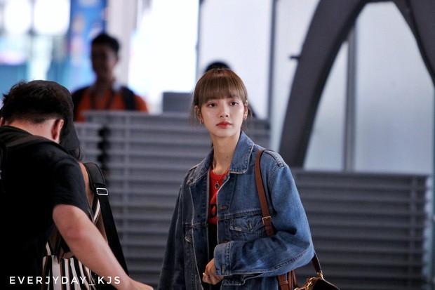 Lisa diện váy hoa khoe vai thon, đeo túi hàng hiệu ra sân bay-4