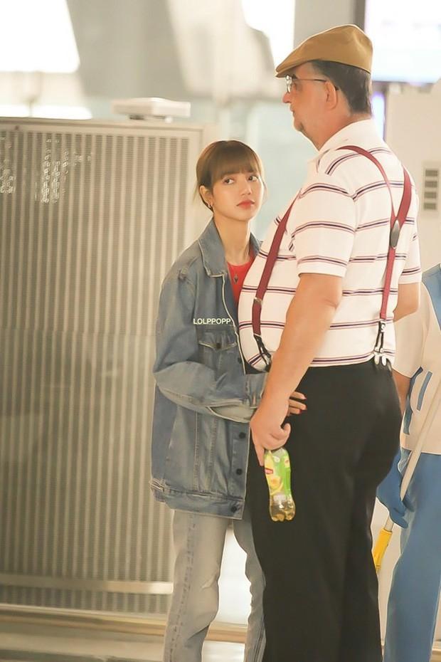 Lisa diện váy hoa khoe vai thon, đeo túi hàng hiệu ra sân bay-6