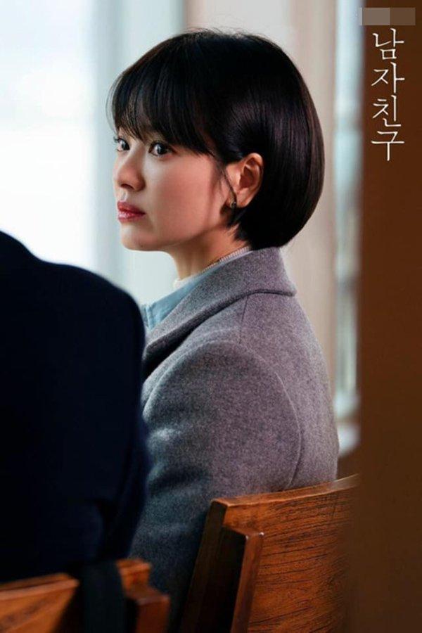 Song Hye Kyo bất ngờ lên sóng với mái tóc tém ngắn cũn, fans dụi mắt mãi mới nhận ra-10