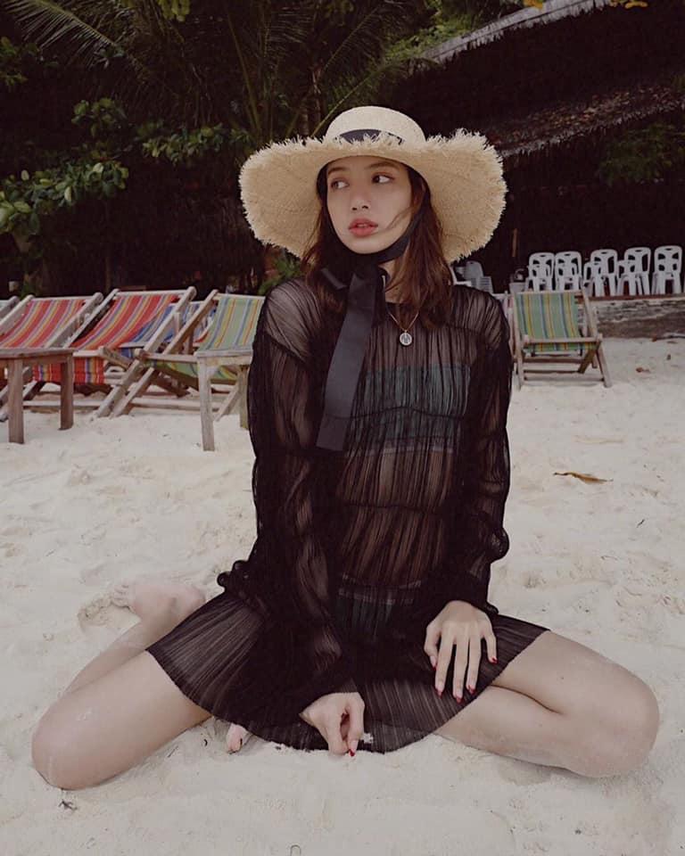 Hiếm hoi lắm mới diện bikini, thế mà BLACKPINK Lisa lại để lộ khuyết điểm vòng 1 phẳng lì-3