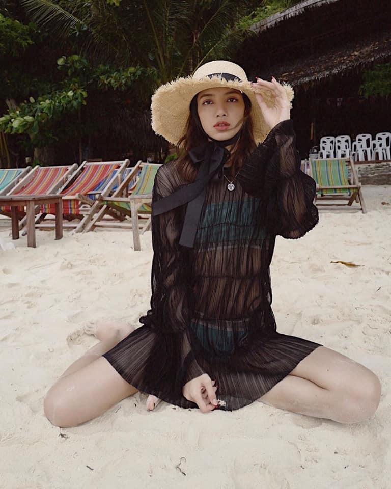 Hiếm hoi lắm mới diện bikini, thế mà BLACKPINK Lisa lại để lộ khuyết điểm vòng 1 phẳng lì-5