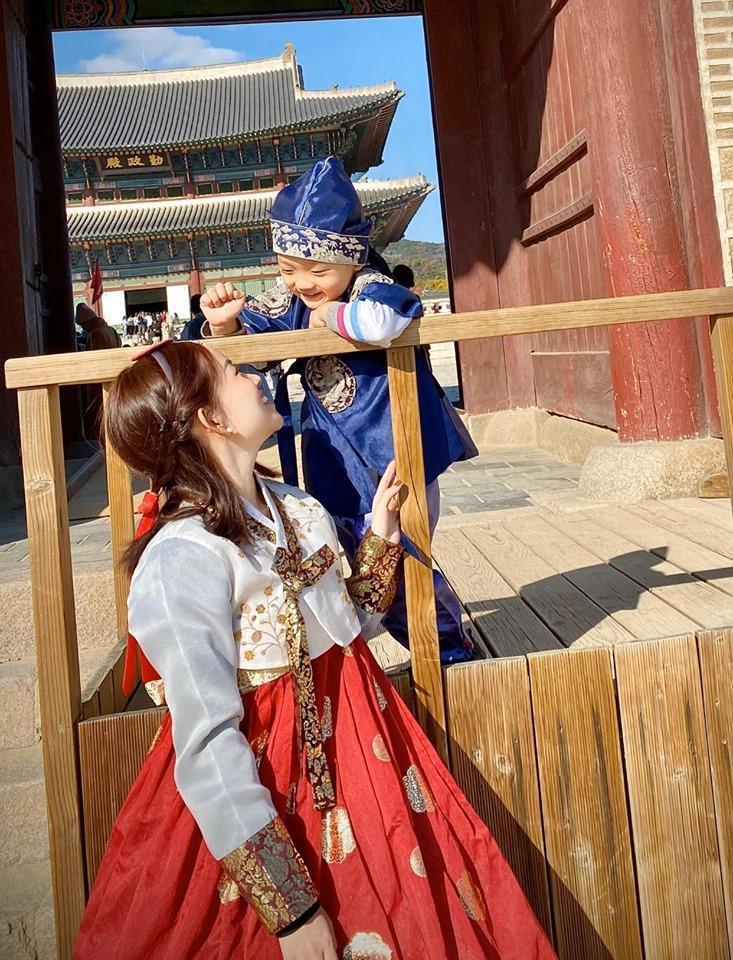 Khoe ảnh cả nhà sang Hàn Quốc thăm em gái nhưng ngoại hình của bố mẹ Ly Kute làm ai cũng bất ngờ-9