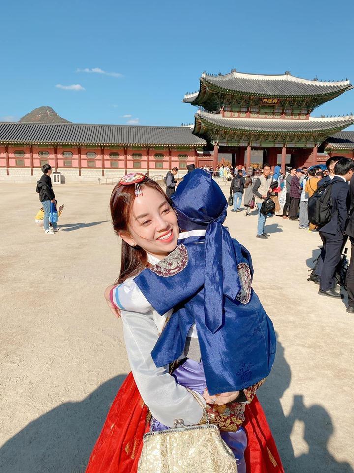Khoe ảnh cả nhà sang Hàn Quốc thăm em gái nhưng ngoại hình của bố mẹ Ly Kute làm ai cũng bất ngờ-10