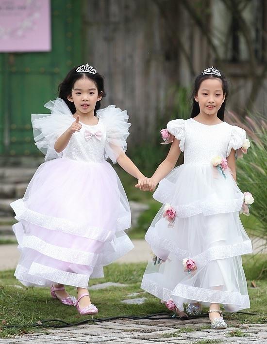 Con gái Xuân Lan làm vedette ở tuổi lên 6 mà catwalk thần thái chẳng thua mẹ-6
