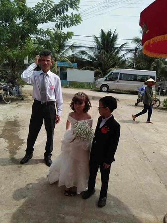 Mạng xã hội xôn xao bàn tán đám cưới của cặp đôi tí hon có thân hình như học sinh lớp 1-1