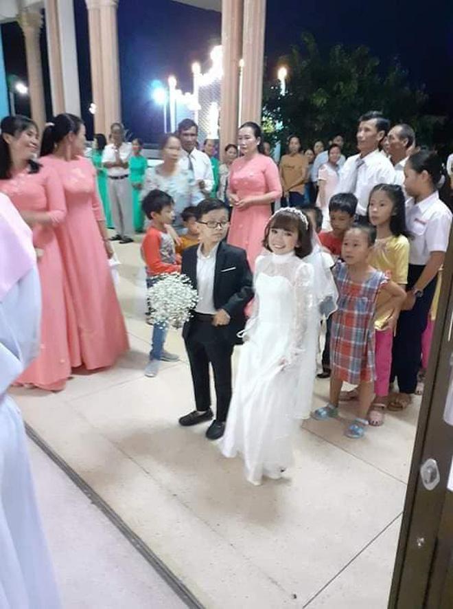 Mạng xã hội xôn xao bàn tán đám cưới của cặp đôi tí hon có thân hình như học sinh lớp 1-4