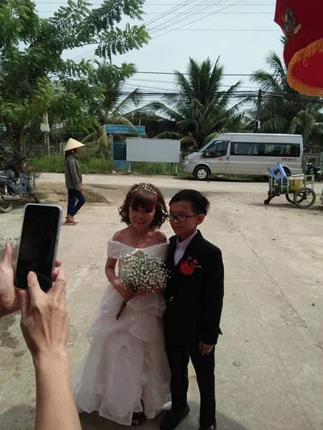 Mạng xã hội xôn xao bàn tán đám cưới của cặp đôi tí hon có thân hình như học sinh lớp 1-3