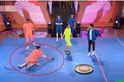 CƯỜI BÒ: Chơi quá 'nhiệt' ở gameshow, S.T Sơn Thạch rơi cả miếng độn đế giày trên sân khấu