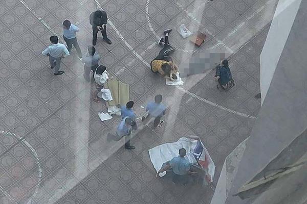Sinh viên Kiến Trúc nhảy lầu tự tử trúng nam sinh ở dưới: 1 người chết, 1 người thương nặng-1