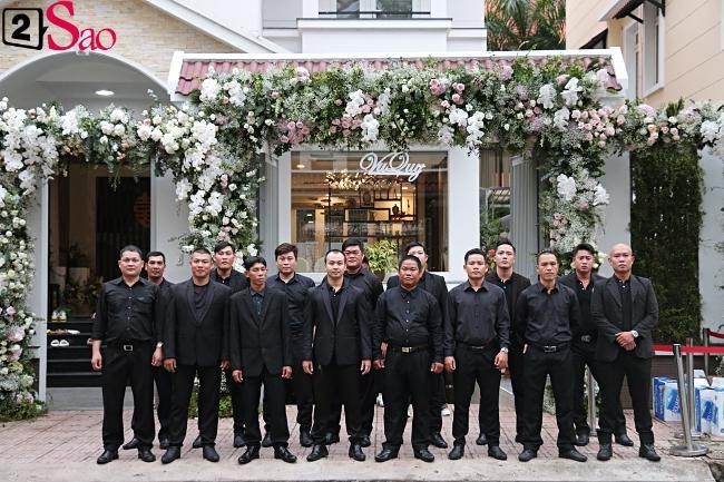 Dàn vệ sĩ áo đen xuất hiện tại nhà Đông Nhi từ sáng sớm-3