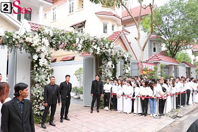Hàng trăm fans diện sơ mi trắng - áo dài trắng đến chúc mừng cô dâu-1