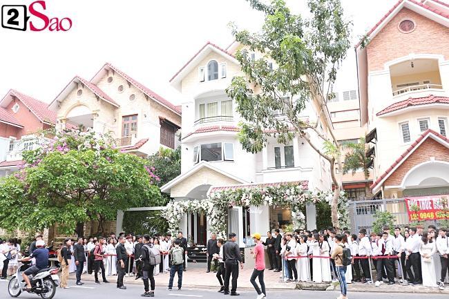 Hàng trăm fans diện sơ mi trắng - áo dài trắng đến chúc mừng cô dâu-2