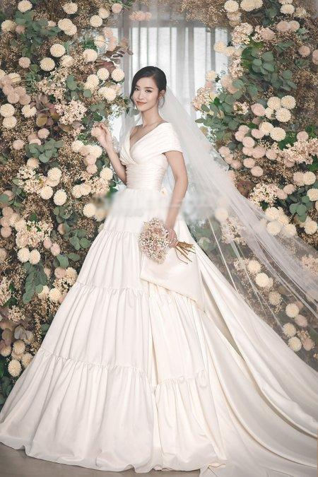 Lộ diện 2 mẫu váy cưới siêu khủng của Đông Nhi mà đến Ông Cao Thắng cũng chưa thấy tận mắt-4
