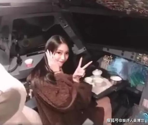 Nữ sinh viên khiến phi công bị cấm bay vì check-in trong buồng lái lộ ảnh quá khứ gây sốc-1