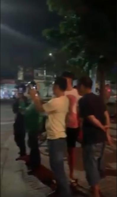 Đang đi, đôi nam nữ chợt dừng xe hôn nhau như đóng phim nóng giữa đường ở Sài Gòn-3