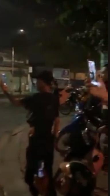 Đang đi, đôi nam nữ chợt dừng xe hôn nhau như đóng phim nóng giữa đường ở Sài Gòn-4