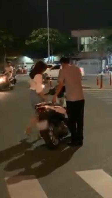 Đang đi, đôi nam nữ chợt dừng xe hôn nhau như đóng phim nóng giữa đường ở Sài Gòn-5