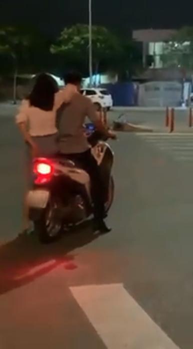 Đang đi, đôi nam nữ chợt dừng xe hôn nhau như đóng phim nóng giữa đường ở Sài Gòn-6