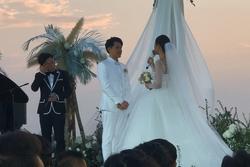 Ông Cao Thắng bật khóc trong hôn lễ: 'Cảm ơn em đã để anh chăm sóc em và con của chúng ta'