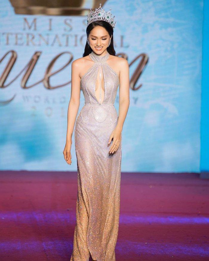 Cô gái vàng trong làng chuyên trị váy ánh kim đích thị là Hoa hậu Hương Giang-3