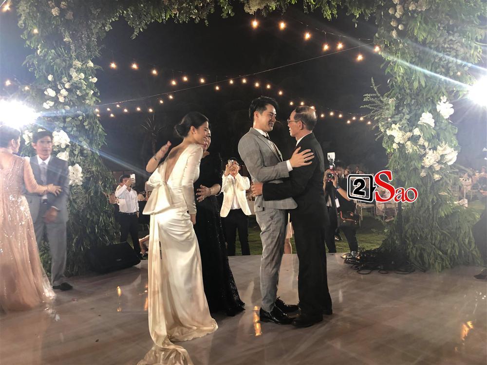 Nhi - Thắng nắm tay cha mẹ hai bên dẩy đầm trong tiệc cưới-1