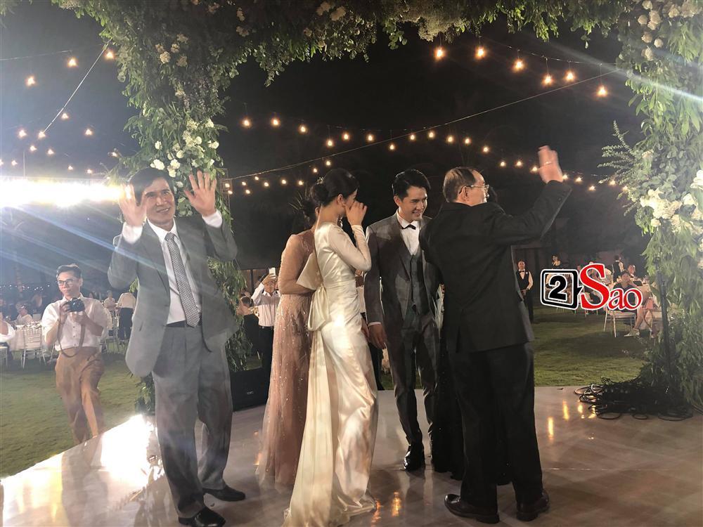 Nhi - Thắng nắm tay cha mẹ hai bên dẩy đầm trong tiệc cưới-2