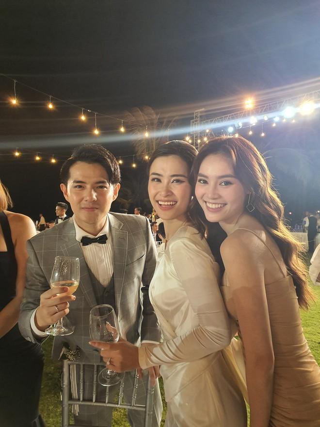Chuyện chỉ có ở đám cưới Đông Nhi: Vẫn có người lệch dress code, Minh Hằng khâu váy, BB Trần mặc đầm cưới-3