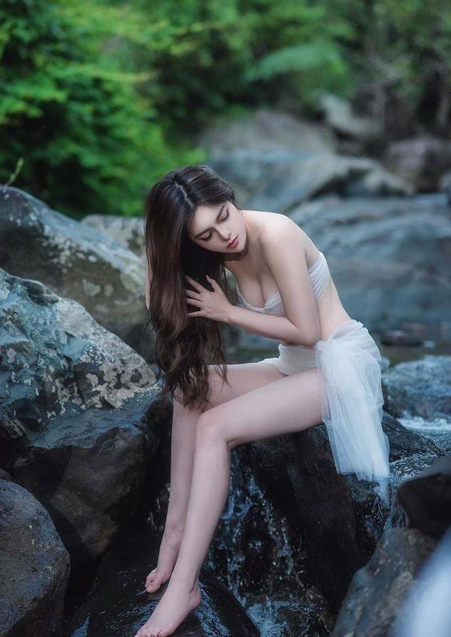 Thí sinh bỏ thi Hoa hậu Hoàn vũ Việt Nam 2019 tung ảnh gợi cảm quá mức giữa núi rừng-3