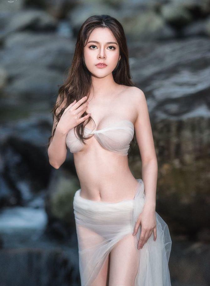 Thí sinh bỏ thi Hoa hậu Hoàn vũ Việt Nam 2019 tung ảnh gợi cảm quá mức giữa núi rừng-4