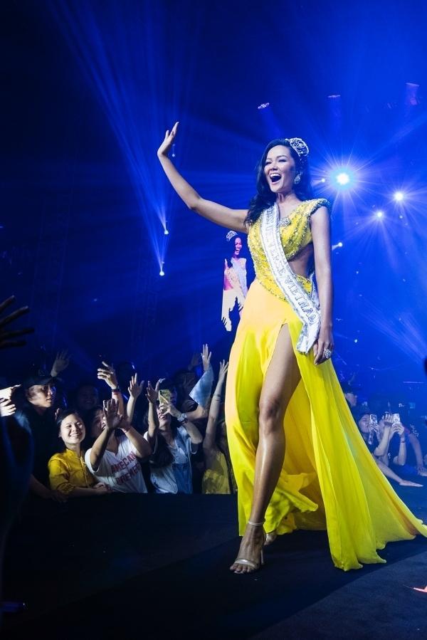 HHen Niê đội vương miện, đeo sash Miss Universe Vietnam và catwalk trong liveshow của Đen Vâu-1