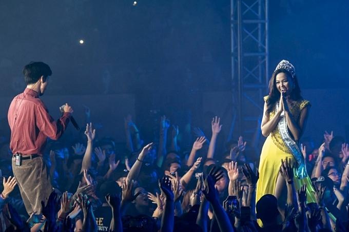 HHen Niê đội vương miện, đeo sash Miss Universe Vietnam và catwalk trong liveshow của Đen Vâu-2