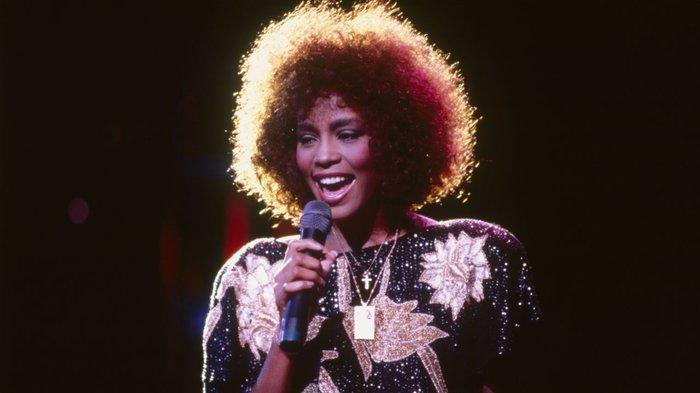 Sau 7 năm ngày mất, fan tìm ra clip huyền thoại quá cố Whitney Houston khóc lóc, gọi tên người tình đồng tính-2