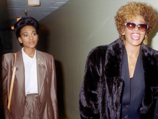 Sau 7 năm ngày mất, fan tìm ra clip huyền thoại quá cố Whitney Houston khóc lóc, gọi tên người tình đồng tính-1