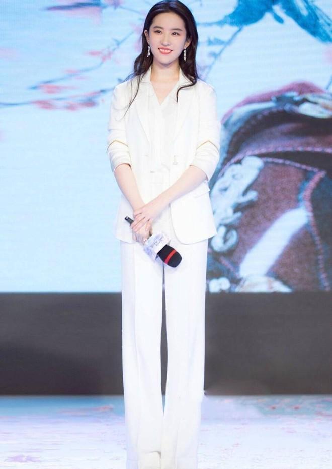 Mặc lời chê diễn xuất, Lưu Diệc Phi vẫn thu hút với gu ăn mặc đẹp-8