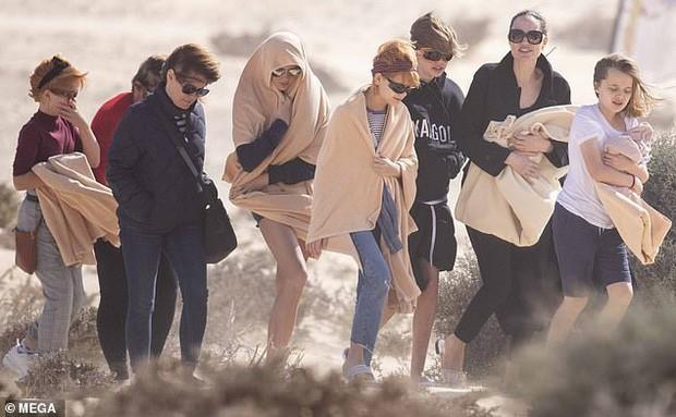 Angelina Jolie đưa các con đi dạo biển-1