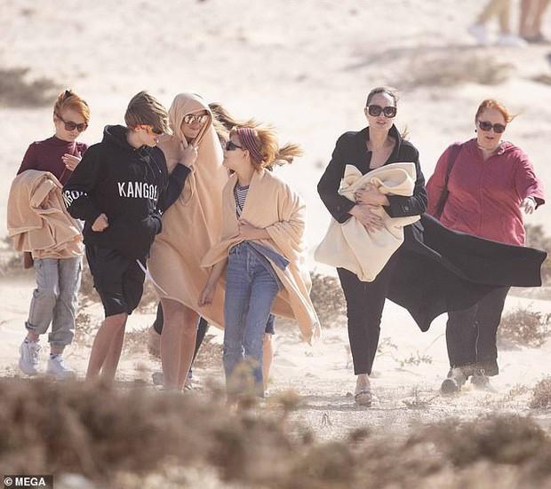 Angelina Jolie đưa các con đi dạo biển-2