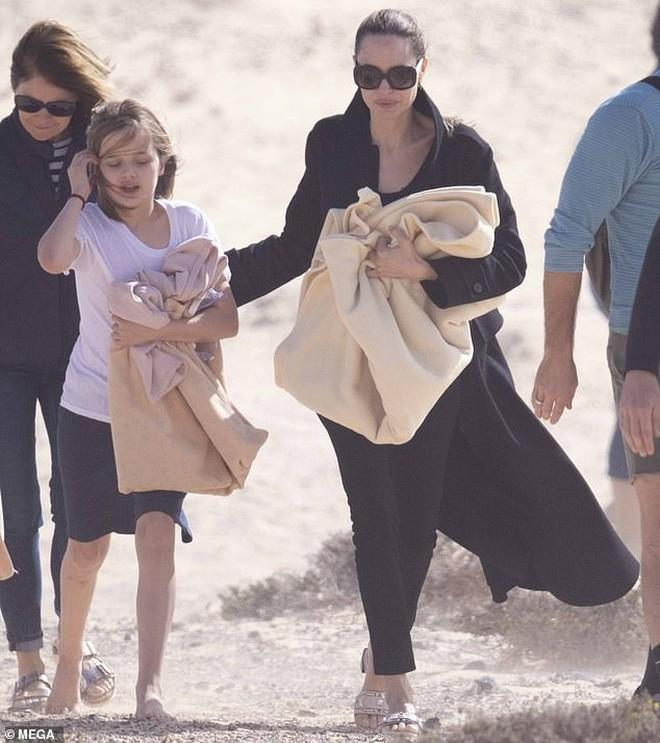 Angelina Jolie đưa các con đi dạo biển-3