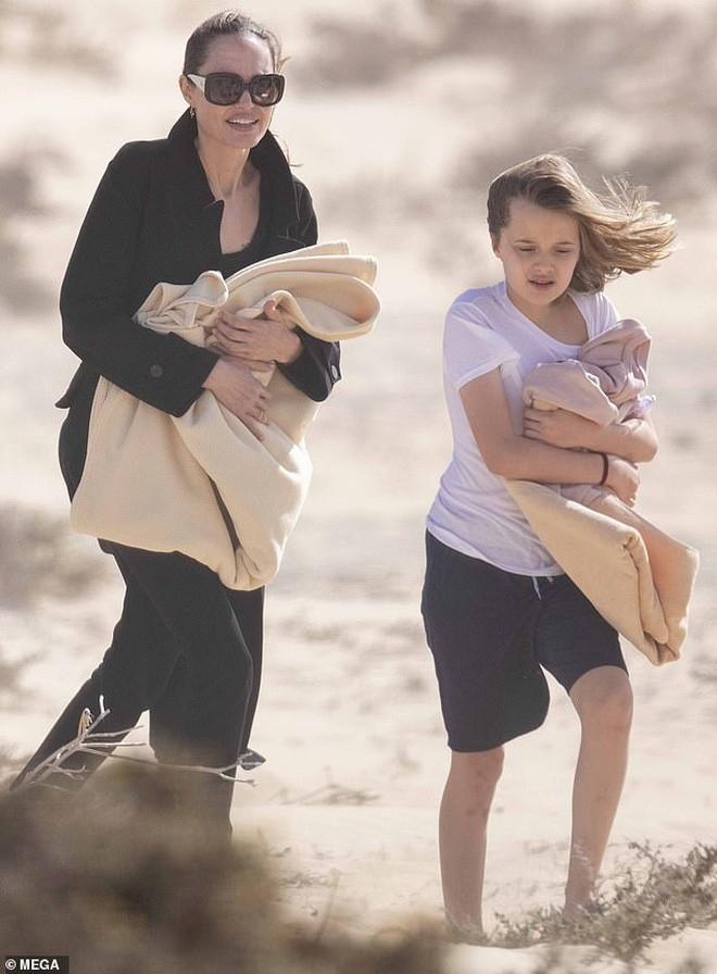 Angelina Jolie đưa các con đi dạo biển-4