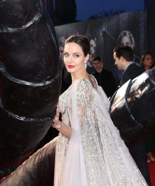 Angelina Jolie đưa các con đi dạo biển-5