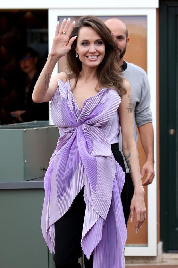 Angelina Jolie đưa các con đi dạo biển-6