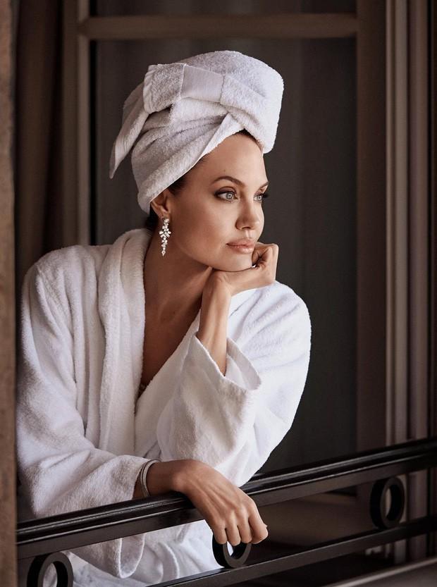 Angelina Jolie đưa các con đi dạo biển-7