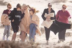 Angelina Jolie đưa các con đi dạo biển