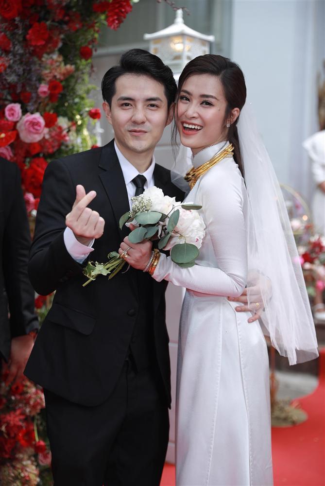 Chiều cao hạn chế, Ông Cao Thắng phải nhờ cậy sneaker độn đế cho tương xứng cô dâu trong ngày cưới-6