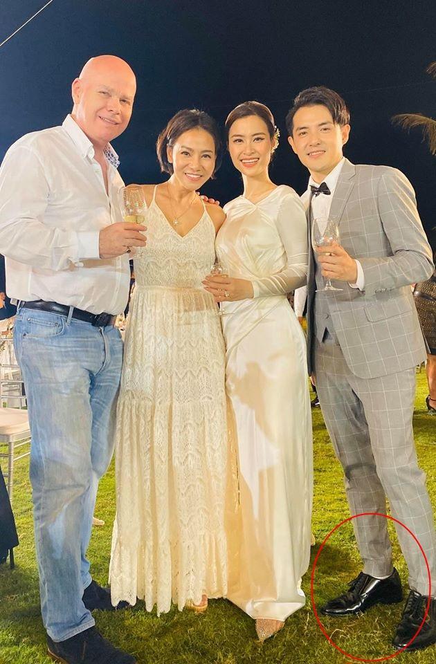 Chiều cao hạn chế, Ông Cao Thắng phải nhờ cậy sneaker độn đế cho tương xứng cô dâu trong ngày cưới-9