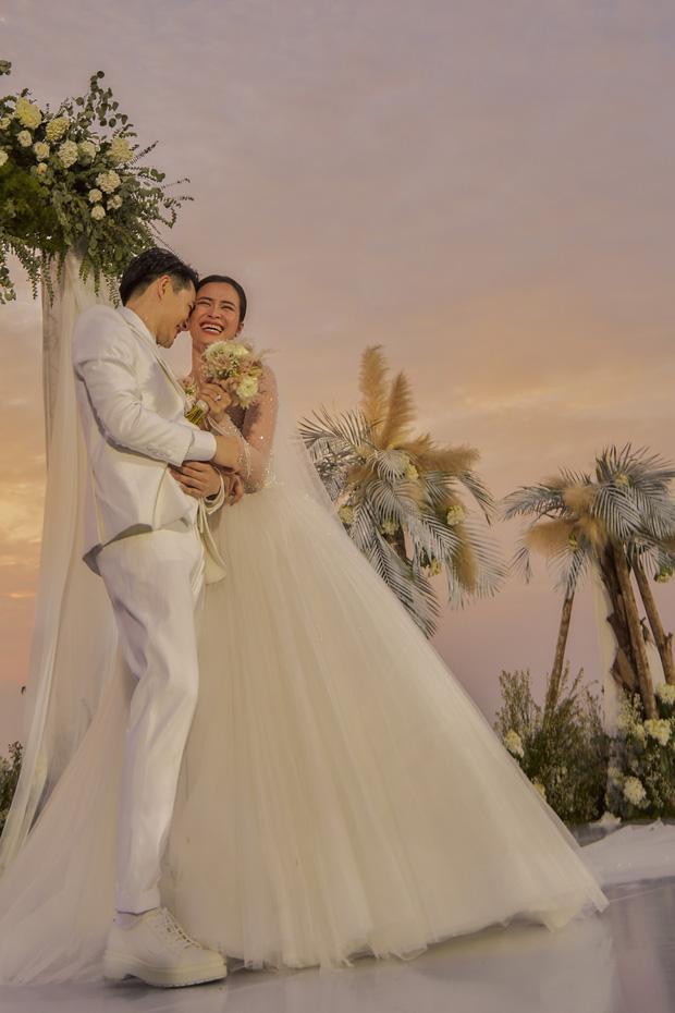 Chiều cao hạn chế, Ông Cao Thắng phải nhờ cậy sneaker độn đế cho tương xứng cô dâu trong ngày cưới-4