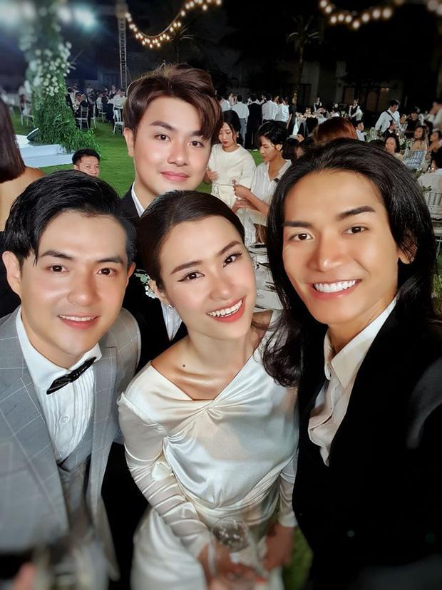 Thánh cơ hội gọi tên BB Trần: Đi đám cưới Đông Nhi - Ông Cao Thắng nhân tiện khoe ảnh trăng mật cùng người tình-1