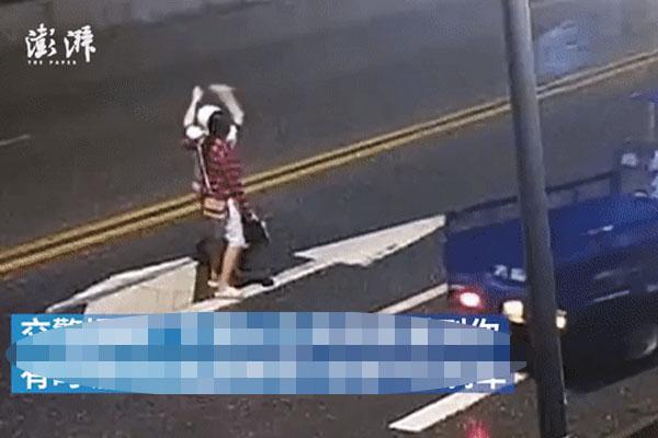 Đôi trai gái cãi vã giữa đường bị xe tông trực diện, hành động của chàng trai khiến dân mạng sôi máu-1