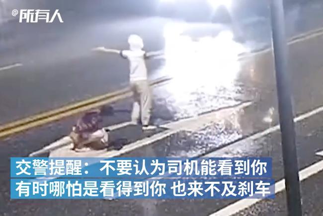 Đôi trai gái cãi vã giữa đường bị xe tông trực diện, hành động của chàng trai khiến dân mạng sôi máu-3