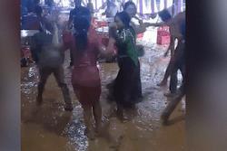CLIP: Đám cưới, khách nhảy tưng bừng trong vũng bùn, ngã 'sấp mặt' nhận nhiều ý kiến trái chiều