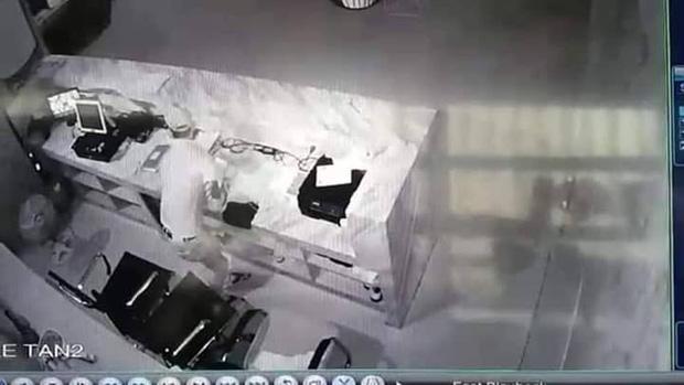 Bị câm điếc bẩm sinh nhưng lại nghiện đi bar, thanh niên liên tục đột nhập tiệm massage để trộm tiền-2